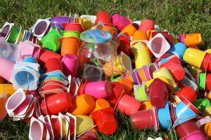 الأواني البلاستيكة